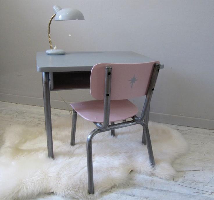 Bureau ancien et sa chaise rose.