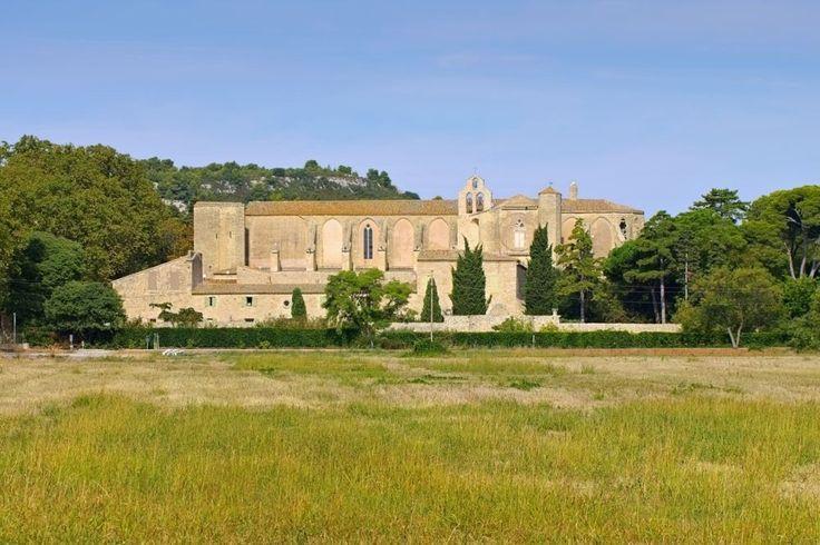 Het Benedictijnerklooster Abbaye de Valmagne uit 12e E, brengt twee Franse passies samen: architectuur en wijn. (Hérault)