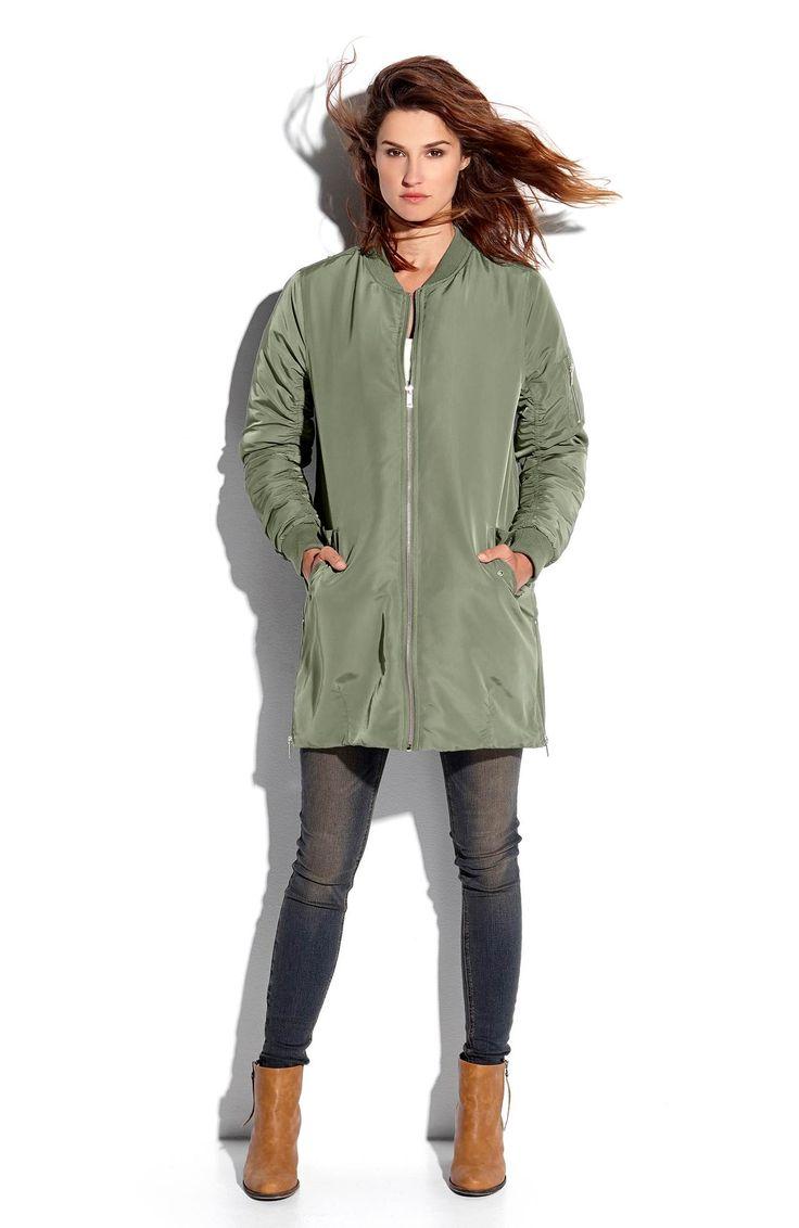 Lekko ocieplana, długa kurtka z zamkami z boku marki TrulyMine w pięknym zielonym kolorze, 279 zł.