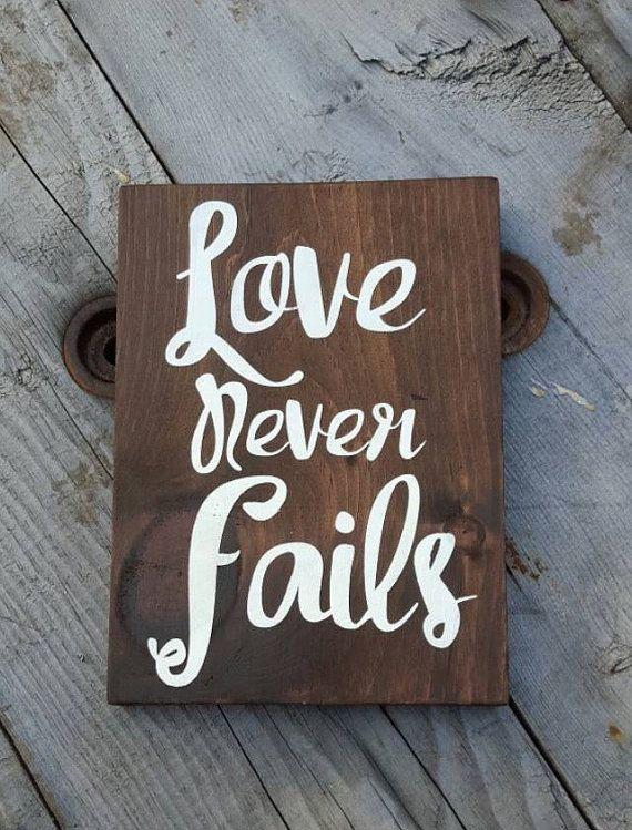 Panneau en bois l'amour jamais échoue Christian par CountryPallets