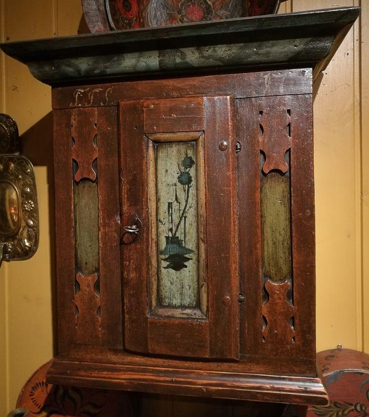 Hengeskap, datert 1776 Pris kr. 42.800,- H:70cm B:66cm D:35cm For mer informasjon venneligst ta kontakt