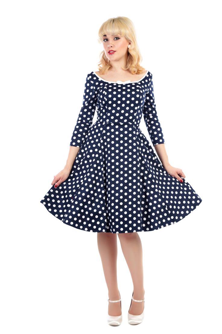 Šaty Collectif Willow Navy White Polka Šaty ve stylu 50. let. Úžasné šaty v dokonale padnoucím střihu, v barvě tmavě modré s věčným bílým puntíkem, elegantní tříčtvrteční rukáv, krásně sedí díky příjemnému materiálu (97% bavlna, 3% elastan). Lodičkový výstřih opatřený bílým lemem a malou mašličkou vpředu (lze jednoduše odebrat), vzadu také zajímavě vykrojené. Pro bohatý objem sukně doporučujeme doplnit spodničkou z naší nabídky - v barvě bílé, černé či kontrastní barevné.