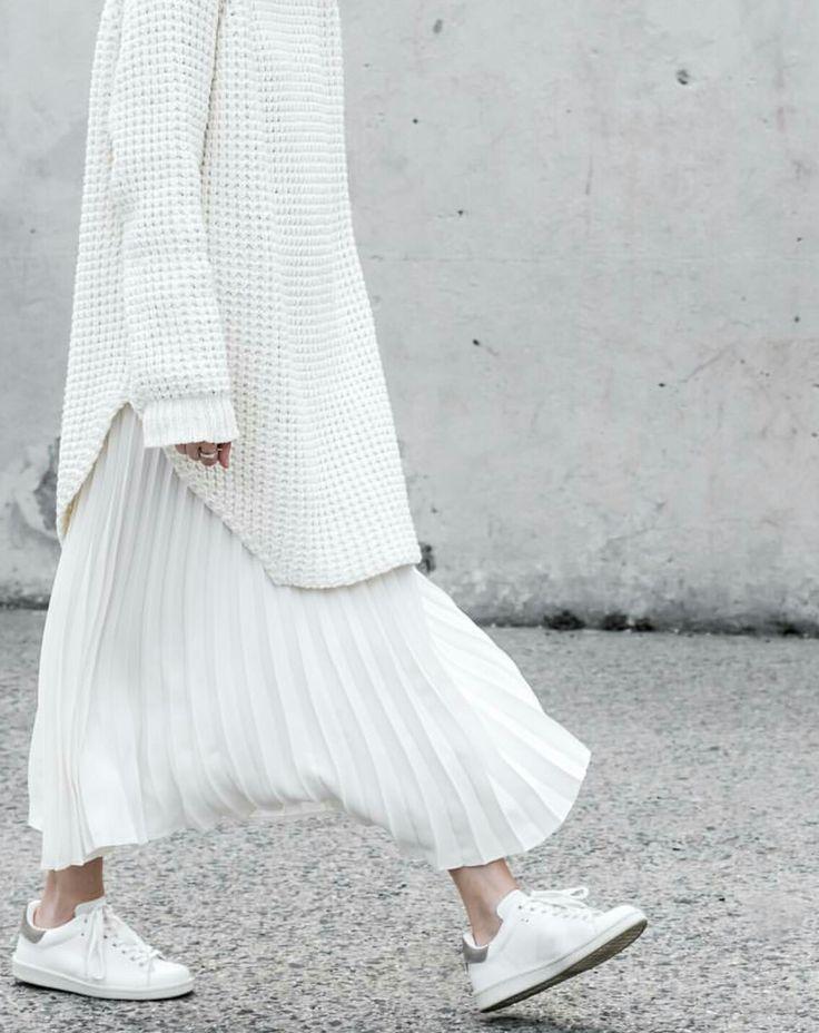 Oversized sweater with pleated skirt | #white streetstyle #photogaphy | www.notjustpowder...