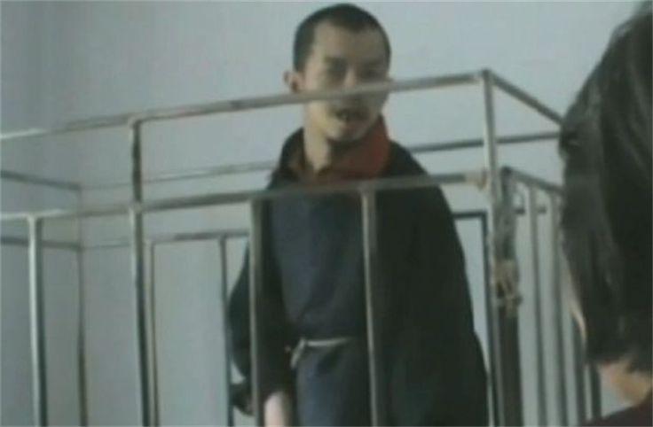 Chinese weduwe zoekt adoptie voor zoon (48) die altijd in kooi leefde (video)