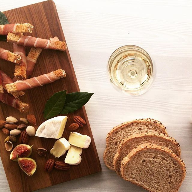 Le set up parfait pour un samedi soir oui? || Saturday night vibes: perfect set up right ? [ en vedette : allongé 9 grains La Récolte St-Methode | bread : 9 grains bread of La Récolte ] #StMethode #Foodies #WehadtoInstagramit #MadeinQC #AlimentsQC #WineDine
