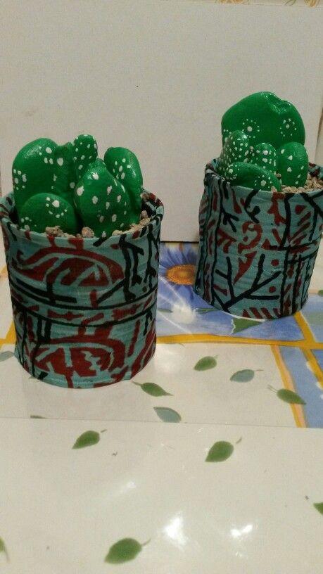 Piante grasse : barattoli di latta, stoffa e sassi dipinti a mano