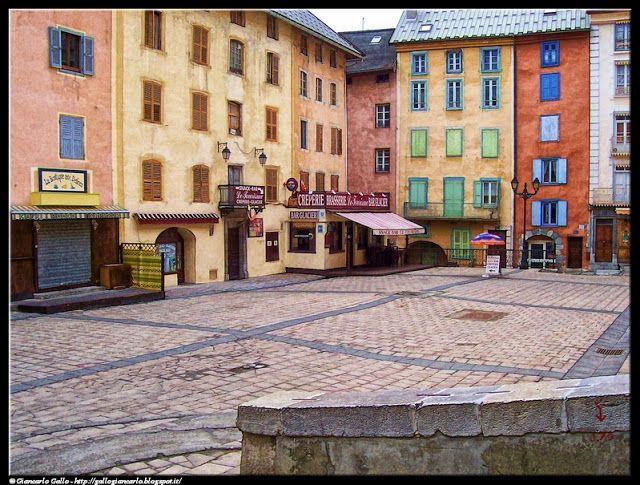 Briançon - photographic processing (286) - elaborazione fotografica della piazza di Briançon - negozi facciate case colori ....