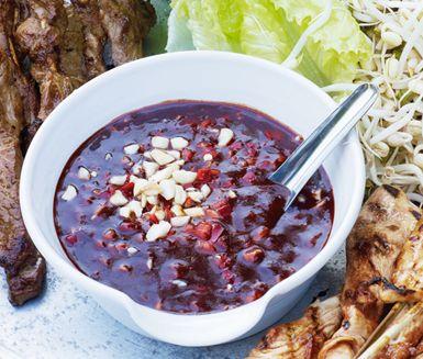 Denna smakrika och lagom starka hoisin- och jordnötssås passar utmärkt till kvällens grillmåltid. Innehåller endast chili, vitvinsvinäger,  hoisinisås och salta jordnötter,  vilket ger såsen en härlig sötsyrlig touch. Lätt att tillaga.