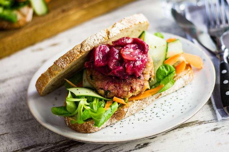 Recept voor tonijnburger sandwich voor 4 personen. Met zout, olijfolie, peper, tonijn uit blik, komkommer, rode druiven, wortel, bruin brood, ei, veldsla, koriander, rode peper en paneermeel