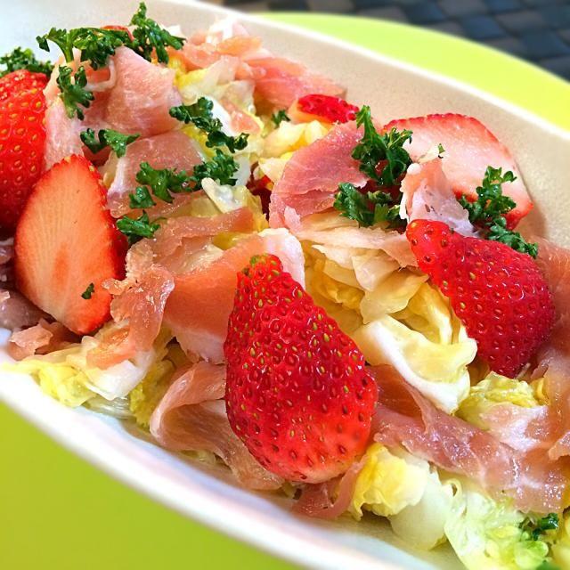 先日、のりこと渋谷ヒカリエで食べた苺が入ったサラダのまねっこです。 苺の甘みと、生ハムの塩気がなかなか合いました。 おつまみですね〜 ヽ(*^∇^*)ノ - 55件のもぐもぐ - 生ハムと苺の辣白菜ラーパーツァイサラダ by 1125shino