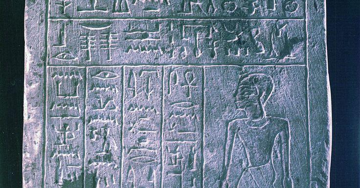 Como criar uma frase com hieróglifo. Se estiver interessado na cultura do Egito Antigo ou estiver fazendo um trabalho de escola sobre esse assunto, você pode tentar aprender como escrever em hieróglifos. Eles são símbolos usados pelos escribas egípcios antigos para fazer registros. Existiu cerca de 700 hieróglifos que serviam para diferentes coisas, mas há também símbolos que ...