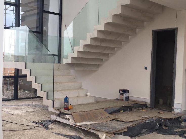 Quando a cliente envia foto e fica in love com o resultado...Adoro escadas estruturadas ..com um super acabamento consegui envelopar toda com porcelanato branco covelano da @PORTOBELLO #escada#decor #ideiasdesala #gomedecor