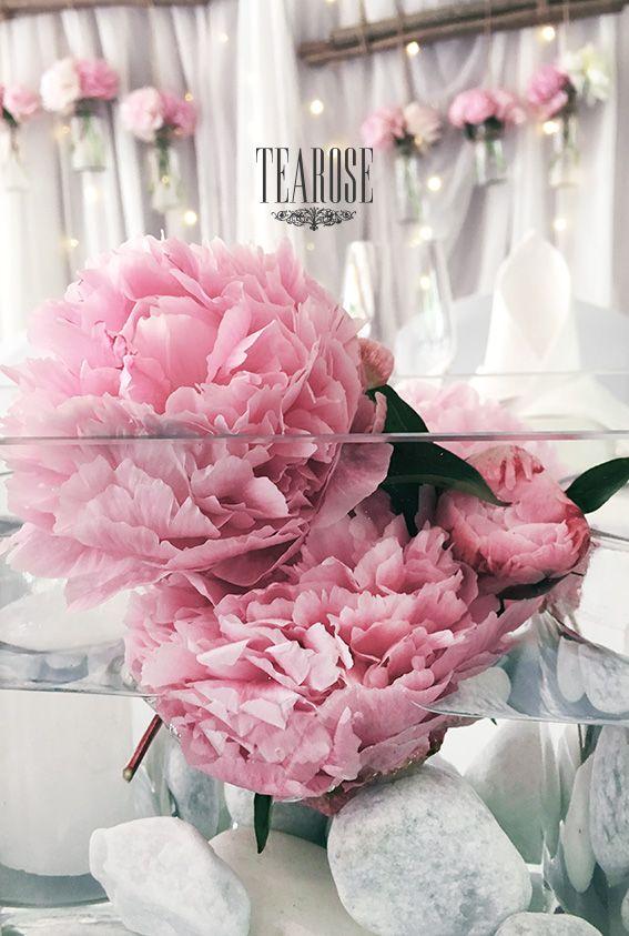 Esküvői főasztaldísz pünkösdi rózsából (részlet)