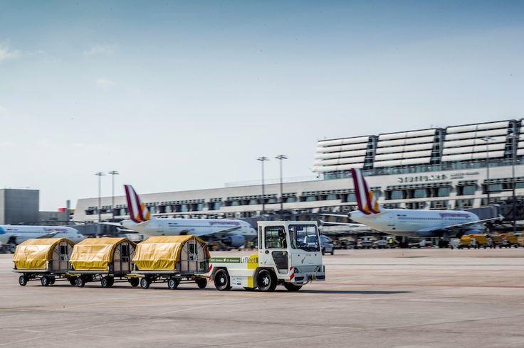 Neuer Gepäckschlepper in Hannover vorgestellt Hannover, April 2017: Auf der Hannover Messe 2017 (24. bis 28. April) stellt der Flughafen Stuttgart den Einsatz von Elektrofahrzeugen auf dem Vorfeld vor, darunter den neusten Zuwachs – ein Elektro-Gepäckschlepper mit Lithium-Ionen-Batterie.   #Elektromobilität #Flughafen Stuttgart