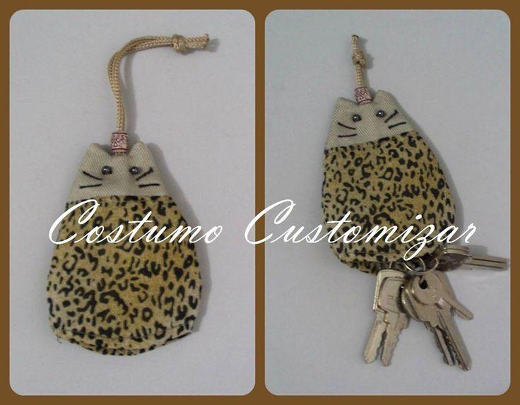 Chaveiro de gatinho. Esconde as chaves. Não risca o celular ou óculos dentro da bolsa.