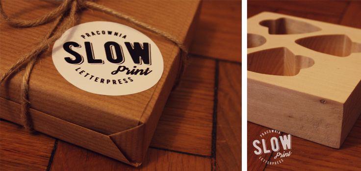 Pudełko na kostki gitarowe, wykonane z drewna lipowego, wyciętego w kwadrat o wymiarach 10x10x3cm. Na środku wyfrezowane trzy miejsca na piórka oraz slide gitarowy.