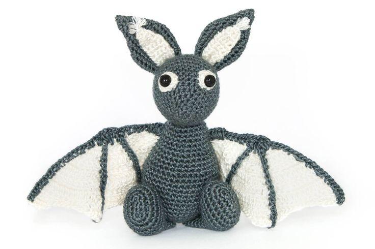Die kleine freche gehäkelte Fledermaus ist die perfekte Deko für den Herbst und Halloween oder als kleinen Kuschelfreund und Begleiter für Kinder.