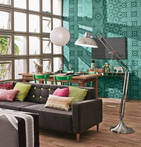 """""""E se usássemos um pufe como mesa de centro?"""", perguntou o designer Marcelo Rosenbaum. Ideia aprovada, surgiu um móvel exclusivo revestido com a bandeira da Inglaterra. Na capa do pufe, no sofá e em paredes, o cinza traz neutralidade."""