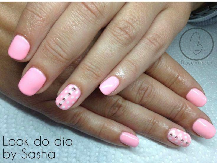 Hoje no nosso #lookdodia temos o trabalho da nossa técnica Sasha Crane-Smith, um look em rosa discreto com um nail art sempre fashion! Para adquirir o artigo da imagem pode aceder ao nosso site: http://biucosmetics.com/ As cores utilizadas pode visualizá las no link abaixo: http://biucosmetics.com/rose-amour.html Nail art: http://biucosmetics.com/extreme-white.html http://biucosmetics.com/brilhantes-1-5mm-100pcs.html