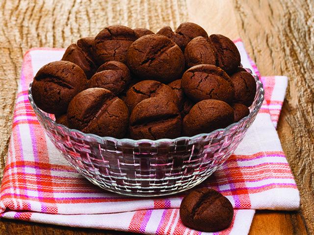 Biscoito de araruta com chocolate amargo e café • 400 g de farinha de araruta • 2 ovos • 200 g de manteiga sem sal • 100 g de chocolate em pó (mín 60% de cacau) • 150 g de açúcar refinado • 50 g de café solúvel liofilizado 100% arábica • ½ colher de café de fermento em pó  Misture os ingredientes até obter uma massa maleável. Faça bolinhas, achate-as levemente com as mãos e faça um vinco no meio. Forno preaquecido a 160 ºC, 20 a 25 min.