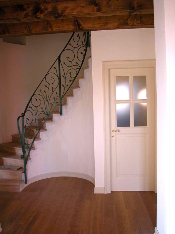 Ristrutturazione cascinale - Scala rivestita in legno in essenza di noce con barriera in ferro battuto - Maria Teresa Azzola Designer - Scanzorosciate (BG) 2006