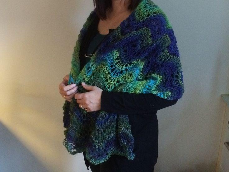 Lunt strikket sjal i fint uld (pind nr. 7) Påfuglemønster.