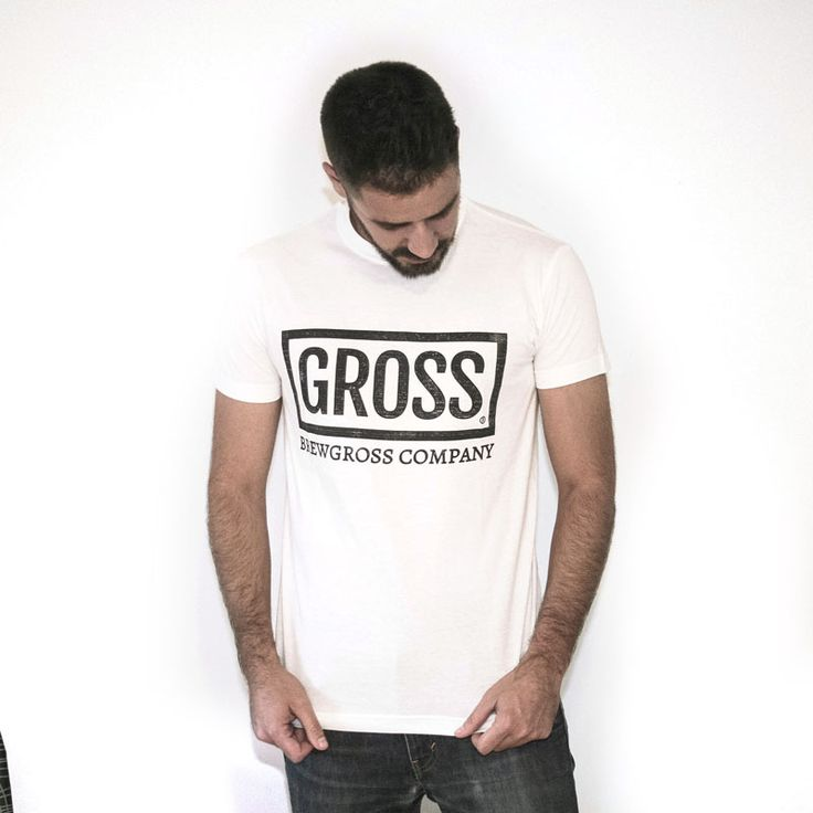 La camiseta de Gross que no necesitas explicaciones te la puedes comprar para llevártela de vacaciones.