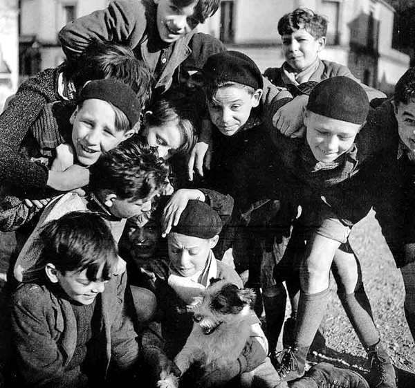 """""""Le Temps des Bérets""""  Paris 1936  Robert Doisneau"""