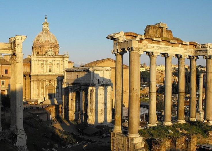 O Fórum Romano é localizado no centro de Roma e circundado pelas ruínas de várias construções públicas de grande importância cultural. Com uma excursão vespertina a pé por Roma é possível não somente vê-lo, mas também o Coliseu e Roma Antiga. #roma #romaantiga #forumromano