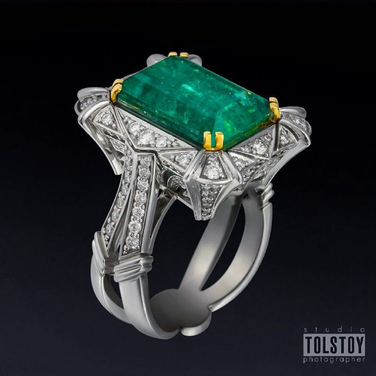 Emerauld and diamond Gervorkian ring