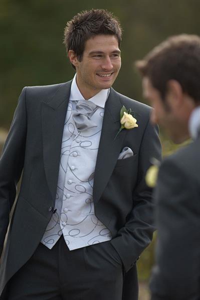 Под белый свадебный костюм лутьше галстук или бабочка