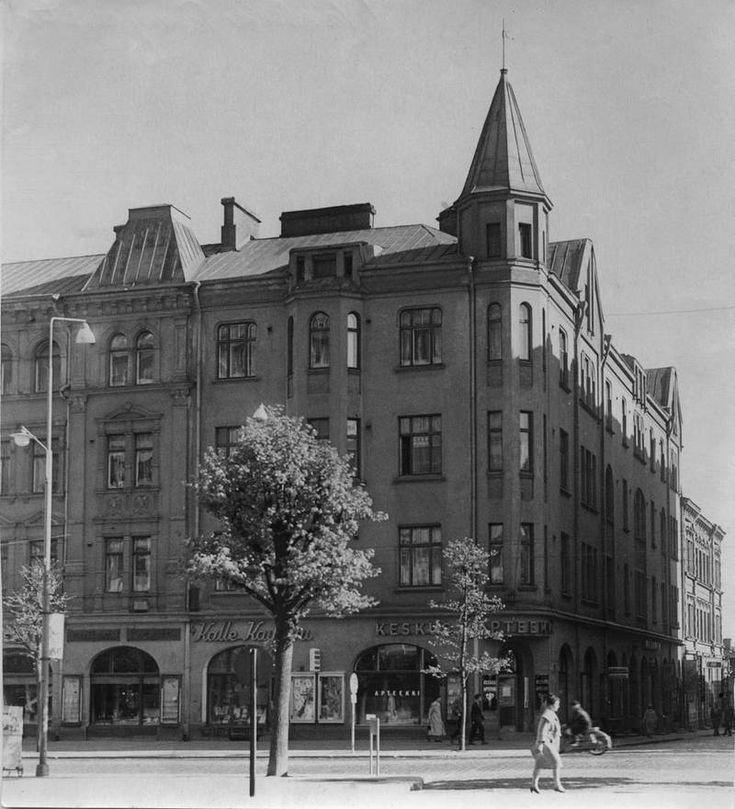 Pulla-Helinin talo seisoi Hämeenkatu 21:ssä aina vuoteen 1972, jolloin sen tilalle alettiin rakentaa Sokoksen liiketaloa. Alkuperäinen rakennus sai nimensä rakennuttajansa, leipuri Oskari Helinin mukaan.