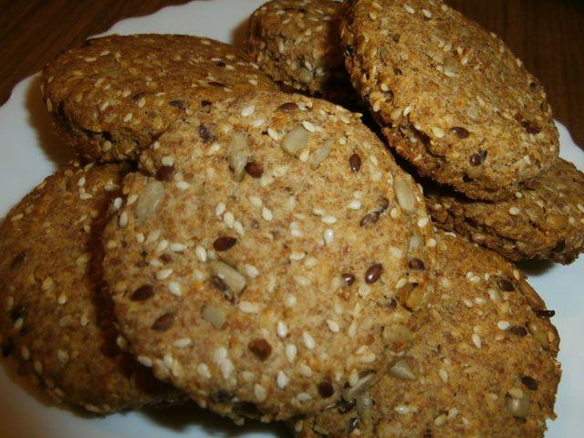 Sastojci za posne krekere sa semenkama:  2 dl (1 čaša) palente (može i kukuruzno brašno ili mix brašna po želji), 2 dl (1 čaša) pečenog semenja (suncokret, susam, lan, maslačak po želji), 300 ml prokuvane vode, 1 dl ulja (izbor ulja po želji), so po ukusu.