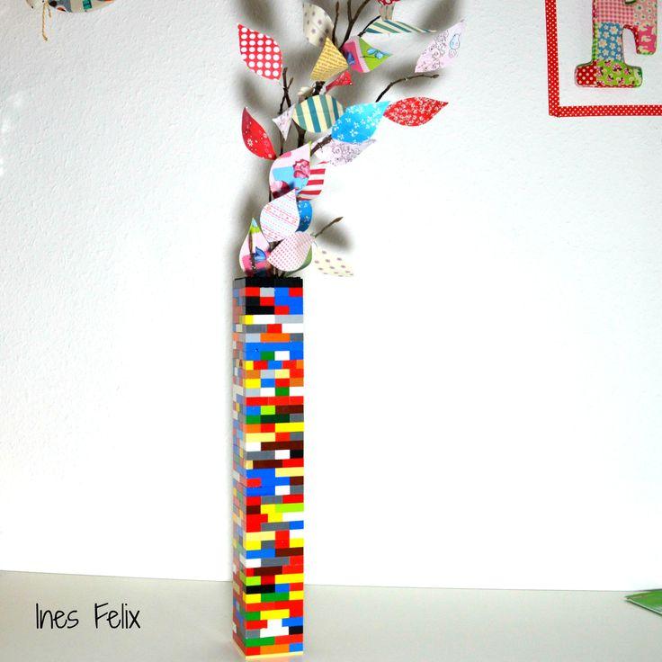 Lego-Vase Ich habe mit meinem kleinen Star Wars-Fan mal wieder eine LEGO-Spiel-Stunde verbracht und wir haben dieses und jenes gebaut. Er irgendeine schicke Behausung für seine Klonkrieger und ich einen Turm oder doch nicht, vielleicht, naja man könnte ja auch ….. mhhh …. und dann dieser vorwurfsvolle Blick: Ach Mama, das ist doch nicht etwa eine Vase! Irgendwie scheint er immer etwas unzufrieden zu sein mit meinen LEGO-Kreationen. Bestimmt darf ich bald nicht mehr mitspielen.