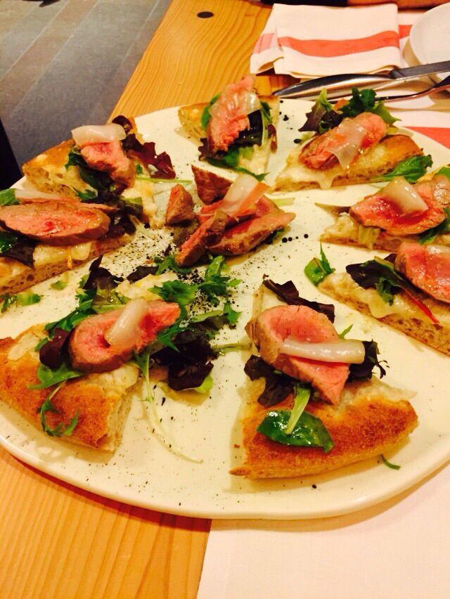 """Pizza servita con mozzarella,pinzimonio di insalata condita al limone,con tagliata di """"Sorana"""""""
