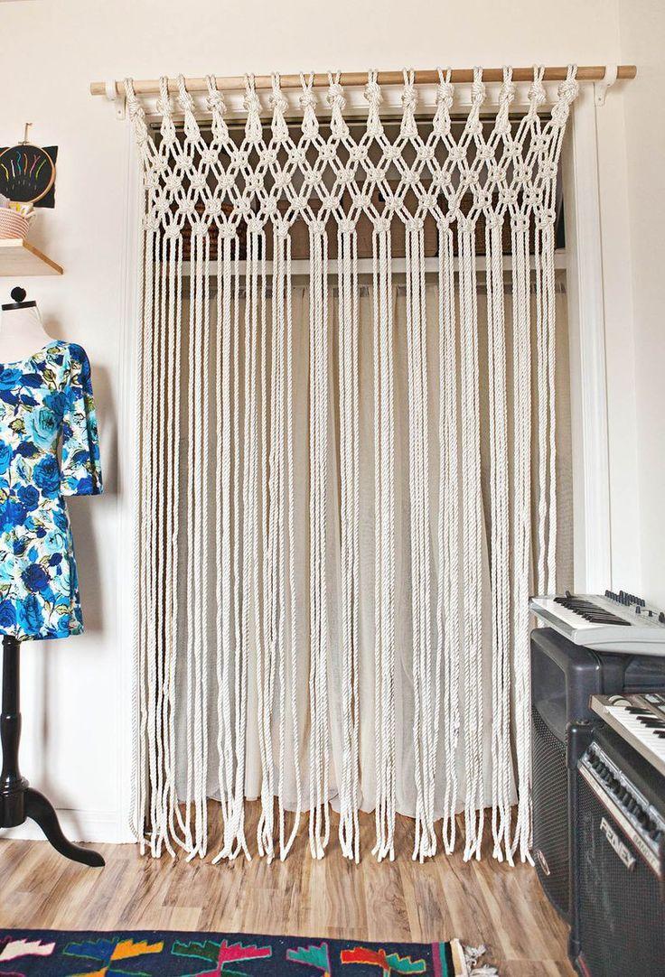 Cortina de crochê com varão de madeira
