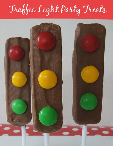 Traffic Light Party Treats - easy to make and look super cute. Step by step photos on how to make Traffic Light Party Treats .