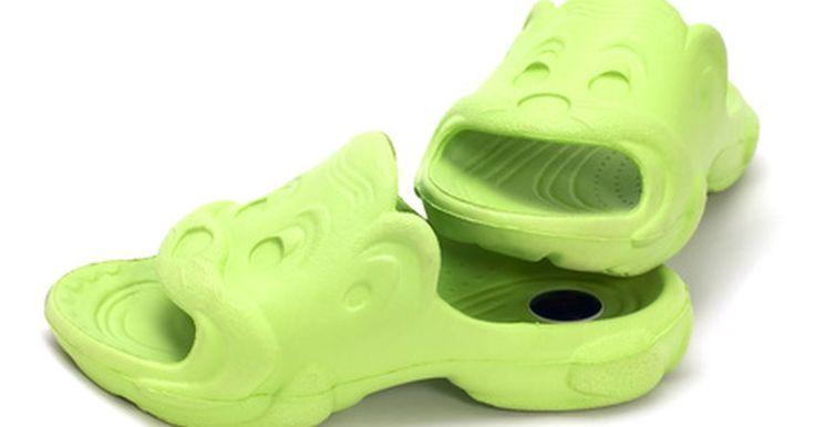 Como colocar jibbitz no seu crocs. Jibbitz são como botões para seus calçados Crocs, eles vêm em uma variedade de formas, figuras e cores. Personalize seu Crocs, alterando o Jibbitz por ocasião ou mantendo diferentes temas, como todos os personagens da Disney ou de todos os animais. Jibbitz são fáceis de se colocar em seus calçados Crocs.
