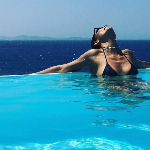 Juliana Paes posta clique ousado da piscina grega em Mykonos