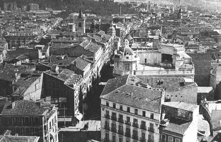 Calle Atocha (1921); a la derecha de la foto, el segundo edificio es el Teatro Calderón; la plaza Jacinto Benavente no exisitia:  foto sacada de madridantiiguo:  De Madrid al cielo: Álbum de fotografías y documentos históricos. - Urbanity.cc