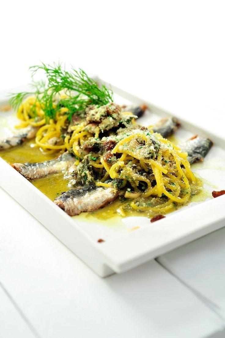 Bereiden:Maak de spaghetti:Maak een kuiltje in de bloem, kneed er de eieren door. Kneed het tot een soepel deeg en rol op tot een bolletje. Wikkel in folie en plaats 15 minuten in de koelkast. Rol het deeg uit en draai door de pastamachine tot spaghetti. Kook de pasta beetgaar in ruimgezouten water met olijfolie. Giet af.Maak de saus: