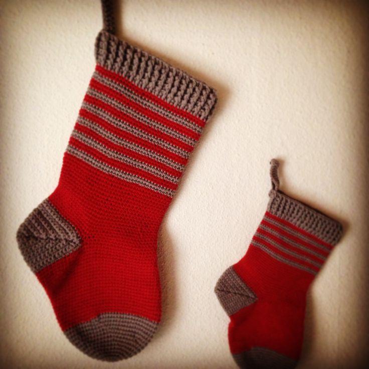 Hæklet julesok Stor julesok måler ca. 48 cm og er hæklet med dobbelt bomulds garn 8/4 på nål 4,5. Der er brugt ca. 200 g garn. Lille julesok måler ca. 28 cm og er hæklet i enkelt bomuldsgarn 8/4 på nål 3. Der er brugt ca. 70 g garn SNUDEN / GRÅ … Læs videre Hæklet julesok →