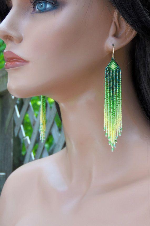Les couleurs de ces boucles d'oreilles uniques se mélangent parfaitement et ils sont faits pour durer ! Trois nuances de vert et 2 tons de perles de rocaille jaune composent ces ombre fait à la main  boucles d'oreilles. La frange comprend petit cristal de Swarovski pour un peu d'éclat supplémentaire. Ils sont juste timides de 4 1/2 po long (y compris les fait à la main or tiges) ; 3/4 de large et sont super léger.  Jai utilisé au point de brique (également connu sous le point de cheyenne)…