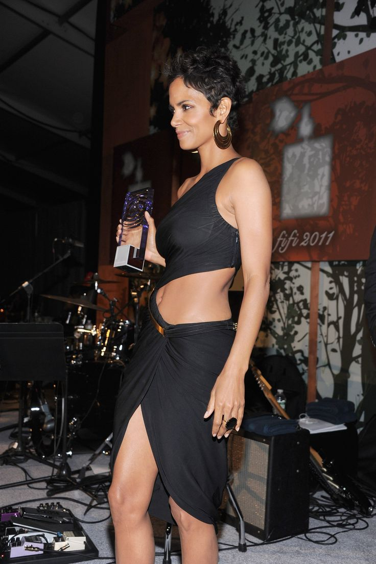 Halle Berry Shows Her Winning Abs in a Revealing Dress at the FiFi Awards