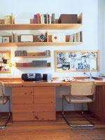 Equilibrio perfecto. En el centro de la biblioteca se colocó una mesa cuadrada -de la misma madera- con algunas sillas. De esta manera, todo el ambiente está en completa armonía. Cuando la mesa no se usa como lugar de trabajo, también sirve como mesa de juego. En el piso, la alfombra de yute agrega estilo y se incorpora a una combinación ideal (Arq. Costanzó-Nougués).