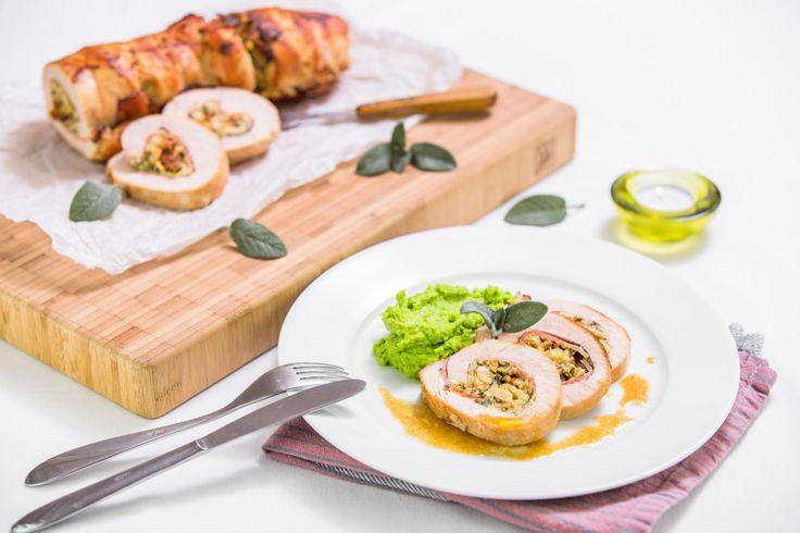 Krůtí roláda s krémovou nádivkou z mascarpone, šalvějí, kešu ořechy a sušenými rajčaty podávaná s hráškovým pyré vypadá krásně a chutná báječně.