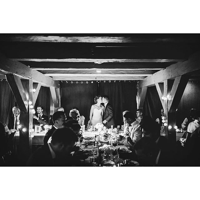 LOVE THIS MOMENT 💏 #bryllupsfotograf #momentstudio #akershusfestning #bryllup #love #blackandwhite #monochrome #weddingphotography #kiss #sorthvit #fotografoslo #oslove