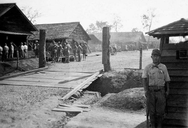 birma-spoorweg - Google zoeken Japanse wacht bij POW-kamp Thanbyuzayat, Thailand