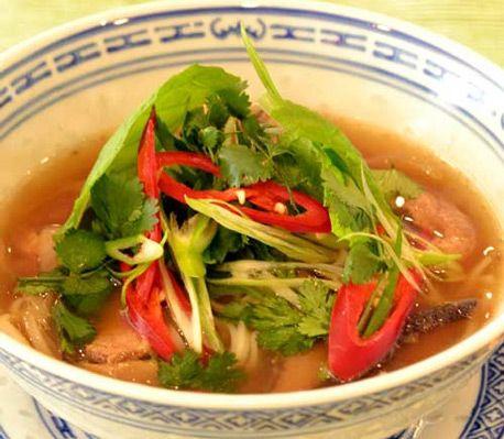 La den aromatiske suppen lage seg selv i løpet av dagen og skjær opp de lekre tilbehørene når du kommer hjem. En varmende favoritt. Oppskrift av Jonas Westman.