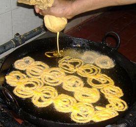 Jalebi, in Suriname veelal gemaakt op feesten en bruiloften.
